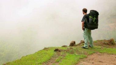 Turista caminando — Vídeo de Stock