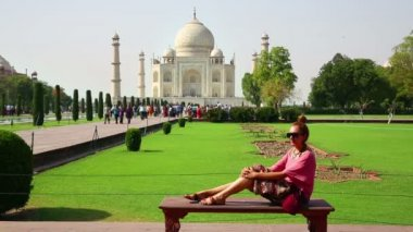 Woman at Taj Mahal — Stock video