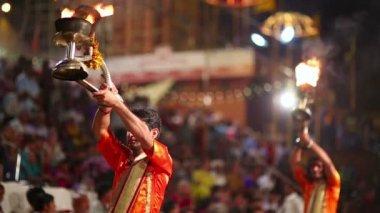 Noche orando ceremonia, el río ganges — Vídeo de stock