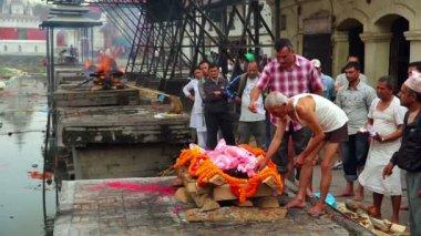 Feuerbestattung in pashupatinath tempel — Stockvideo