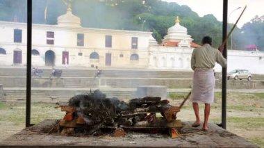 Pashupatinath Tapınağı'nda ölü yakma — Stok video