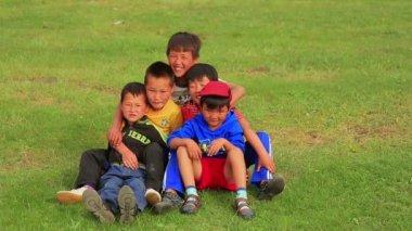 Mongol kids posing — Stock Video