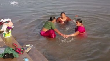 Local women splashing in water — Stockvideo