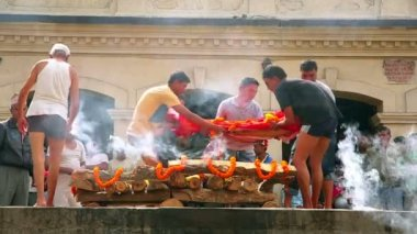 Cremation at pashupatinath temple — Stock Video
