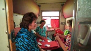 Women playing card — Stockvideo