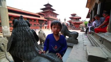 Nepali kid, Patan Durbar Square — Stock Video