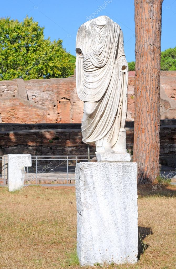 Decapitated antique roman sculpure in ostia, roma, italy — Stock Photo #18805321