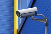 蓝色吊艇架kamery vedle žluté potrubí — Stock fotografie