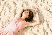 Dívka v růžových šatech na pobřežní — 图库照片