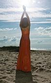 L flicka i rosa klänning på seacoast — Stockfoto