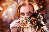 Kadın altın venedik maskesi — Stok fotoğraf