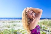 Glückliche frau am strand — Stockfoto