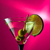 Martini with lime and green olives — Stock fotografie