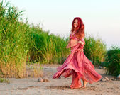 Flickan i öst klä på seacoast — Stockfoto