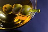 马提尼酒用绿色橄榄 — 图库照片