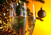 Glazen met champagne en kerst versieringen — Stockfoto