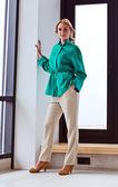 绿色的外套年轻漂亮的女人 — 图库照片