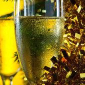Brýle s šampaňským a vánoční ozdoby — Stock fotografie