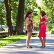 Pregnant woman talks to the girlfriend — Stockfoto