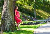 公園で若い妊娠中の女性 — ストック写真