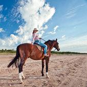 馬を持つ美しい少女 — ストック写真