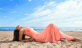 Garota de vestido rosa no litoral — Foto Stock