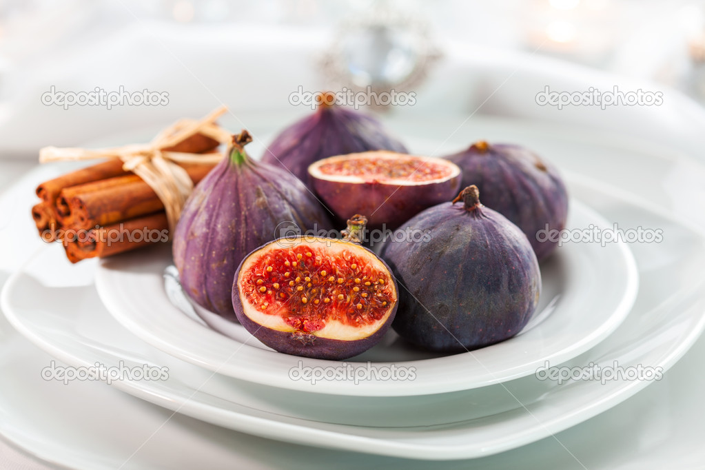 Fresh figs with cinnamon for Christmas table — Stock fotografie #13187313