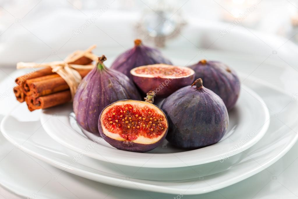 Fresh figs with cinnamon for Christmas table — Stok fotoğraf #13187313