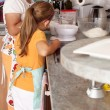 Senior woman and child baking — Stockfoto