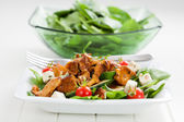 Spinach salad with roasted chanterelle mushrooms — Stock Photo