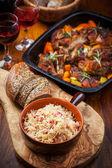 Sebze üzerine kavrulmuş domuz yağı ile lahana turşusu — Stok fotoğraf