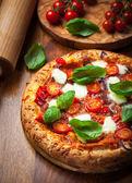 Pizza med salami och mozzarella — Stockfoto