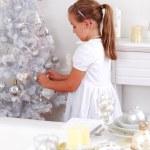 ragazza carina decorazione albero di Natale — Foto Stock