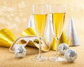 Maskeli balo maskesi ve şampanya — Stok fotoğraf