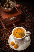 Espresso cup with coffee mill — 图库照片