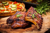 BBQ spare ribs with herbs — 图库照片