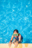 Happy girl with goggles in swimming pool — Foto Stock
