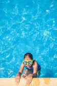 Yüzme havuzunda gözlük ile mutlu kız — Stok fotoğraf