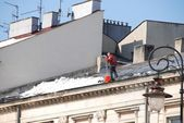 Man cleaning roof — Stock Photo