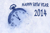 Taschenuhr im schnee, frohes neues jahr 2014-grußkarte — Stockfoto