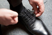 Man tying the shoes — Stock Photo