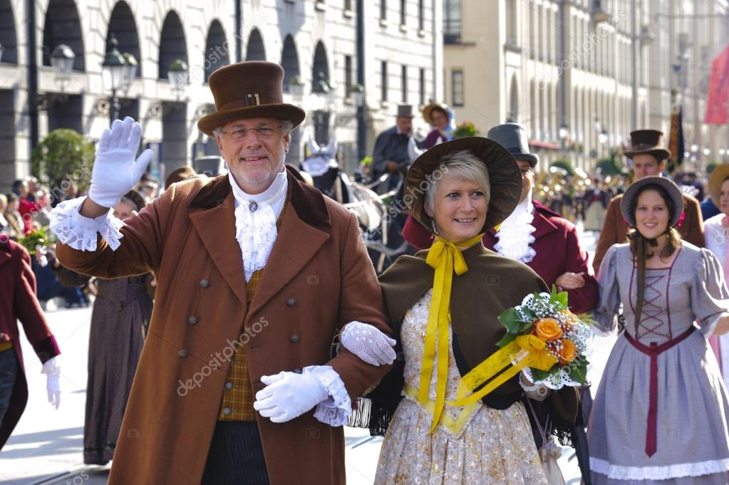 MUNICH, GERMANY - SEPTEMBER 23: Two actors of the club Alt Monachia in historical costumes represent the in old Munich at opening parade of Oktoberfest — Stock Photo #13293902