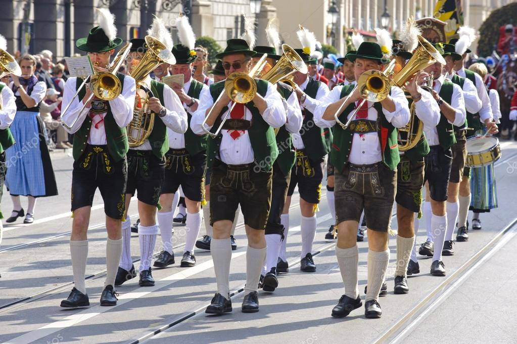 MUNICH, GERMANY - SEPTEMBER 23: a music brass band in traditional bavarian clothes participates in the opening parade of world biggest beer festival Oktoberfest — Stock Photo #13293981