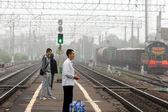 Čekání na vlak dojíždějící — Stock fotografie