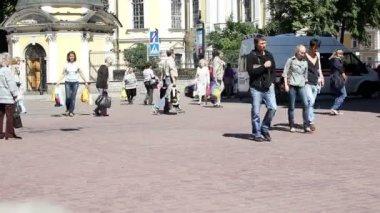 Sint-petersburg. op het plein in de buurt van alexander nevskiy klooster — Stockvideo