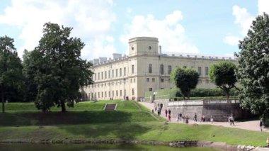 Gatchina stad in de buurt van saint-peterburg. in de kasteeltuin — Stockvideo