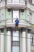Industry alpinist cleans facade — Stock Photo