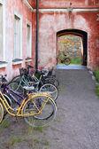 Vélo parking près de la maison vivante d'une des îles de suomenlinna à helsinki, finlande — Photo
