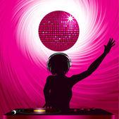 Dj femenina con auriculares mezclando en una cubierta de récord con remolino y rosa bola de discoteca — Vector de stock