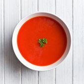 Mutfak masasının üzerinde domates çorbası — Stok fotoğraf
